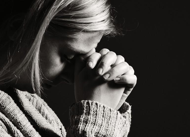 Jeune femme en prière