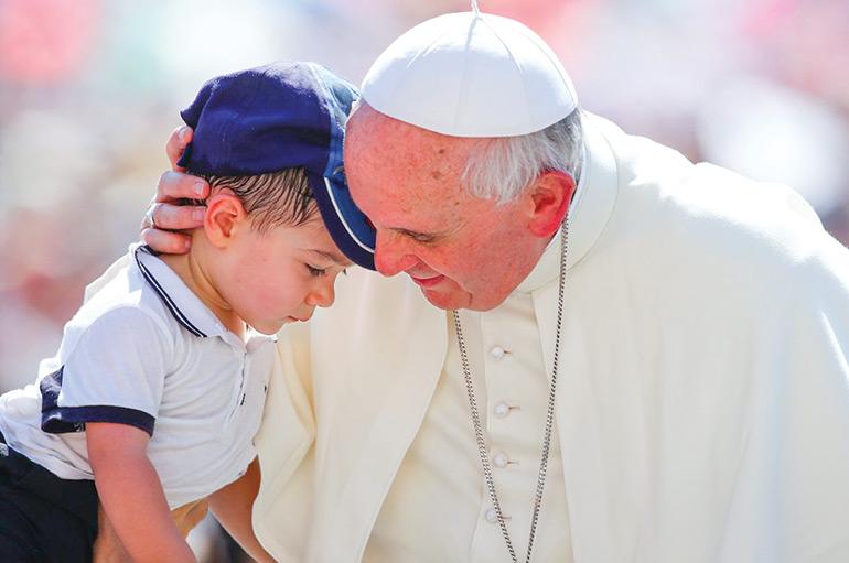 Pape François avec petit enfant